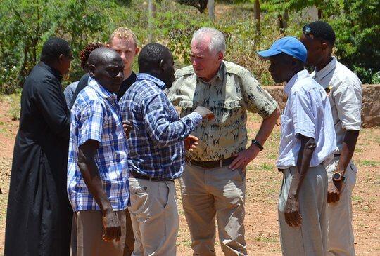 Franz Rieger mit Gruppe afrikanischer Männer