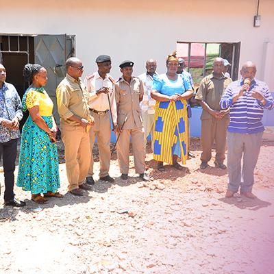 Gruppe afrikanischer Menschen vor Gebäude